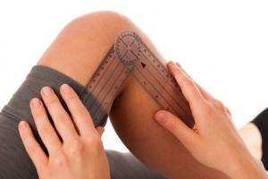 Behandeling is gericht op het verbeteren of onderhouden van gewrichtsmobiliteit en spierlengte, met name beperkingen door spasticiteit en/of beperkte motorische functie hebben de aandacht.