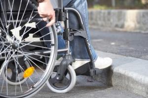 Rolstoeltraining bestaat uit het aanleren van rolstoelvaardigheden. Dit kan zowel in de praktijk als daarbuiten plaatsvinden.